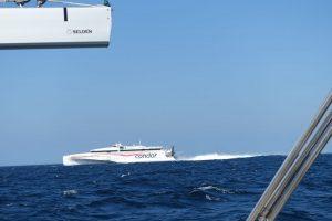 Trimaranfähre überholt