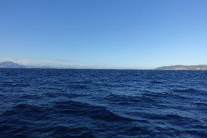 Meerenge von Gibraltar; rechts Europa, links Afrika, Horizont Atlantik