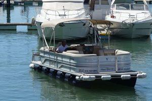 Ein Wassertaxi innerhalb der Marina